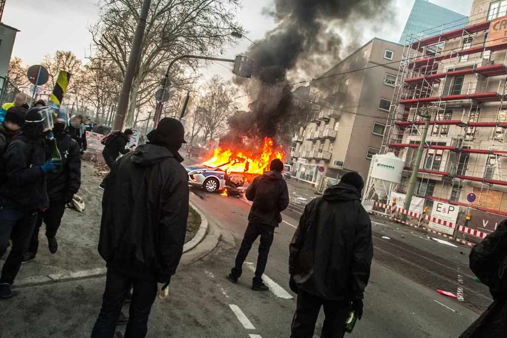 blockupy-polizeiwagen-brennt